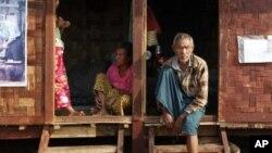 Người sắc tộc Kachin tại một trại tạm thời cho người dân di dời để tránh những vụ giao tranh ở miền bắc Miến Điện kể từ tháng 6 năm 2011