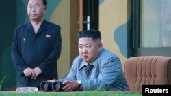 朝鲜朝新社2019年7月26日发布没有注明日期的照片:朝鲜领导人金正恩星期四观看试射两枚短程导弹。