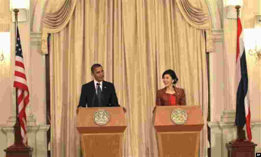18일 태국을 방문해 공동기자회견을하는 바락 오바마(왼쪽) 대통령.
