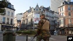 Seorang tentara Belgia berpatroli di distrik Sablon, Brussels (23/11).