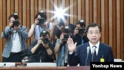 서훈 한국 국정원장 후보자가 29일 국회에서 인사청문회에 앞서 선서를 하고 있다.
