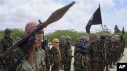Dans cette photo du 21 octobre 2010, des combattants d'al-Shabab participent à des exercices militaires en Somalie.