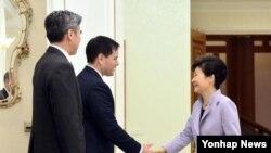 박근혜 대통령이 25일 오전 청와대를 방문한 미국 공화당의 차기 대선주자로 손꼽히는 마르코 루비오 상원의원과 악수를 하고 있다. 왼쪽 성김 주한미국대사. 2014.01.25.