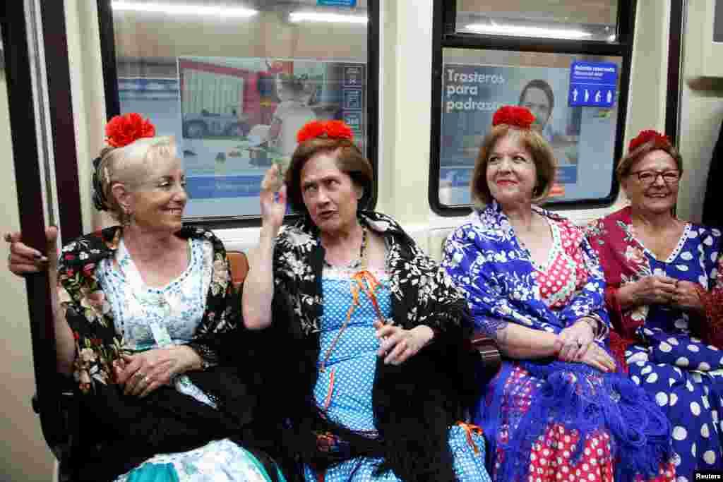 زنان منطقه رامپی راسگا در اسپانیا، با لباسهای محلی چلوپا برای شرمت در جشن های سنت سن ایسیدور با مترو راهی مادرید هستند.