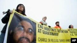 Aktivisti za ljudska prava drže transparent sa fotografijom Šakera Amera.
