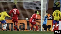 Kiper Korea Utara, Ri Myong Guk, gagal menghadang tendangan Maicon dari Brazil (tidak di gambar) pada pertandingan penyisihan Grup G Piala Dunia lalu.