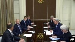 Pertemuan Menlu AS John Kerry dan Presiden Rusia Vladimir Putin