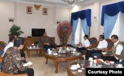 Presiden Joko Widodo dalam pertemuan dengan Menteri Luar Negeri Retno Marsudi, Menteri Sekretaris Negara Pratikno, Menteri Hukum dan HAM Yasonna Laoly, Menteri Kesehatan Terawan Agus Putranto, Menteri Pariwisata dan Ekonomi Kreatif Wishnutama, dan Kepala