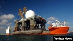 한반도로 파견된 것으로 알려진 미 해군의 탄도미사일 탐지 전용 레이더 'SBX-1'. 지난 2005년 멕시코만에서 대형 수송선 MV 블루마린호에 실려 이동하는 모습. (자료사진)