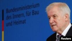 هورنست زیهوفر، وزیر داخلۀ آلمان، یکی از مخالفین جدی پالیسی های حکومت اش در برابر مهاجرین و پناهجویان است