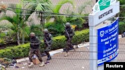 Kenya Defense Force soldiers run to take their positions at the Westgate shopping mall on the fourth day since militants stormed into the mall, in Nairobi, Sept. 24, 2013.
