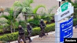 2013年9月24日,在索马里青年党激进分子闯入内罗毕西门购物中心的第四天,肯尼亚国防军士兵在商厦外跑步就位。