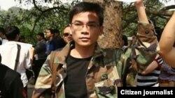 Ông Nguyễn Viết Dũng bị bắt hồi tháng Tư năm ngoái sau khi mặc bộ quân phục Việt Nam Cộng hòa để đi tuần hành chống kế hoạch cắt, chặt cây xanh ở thủ đô Hà Nội.