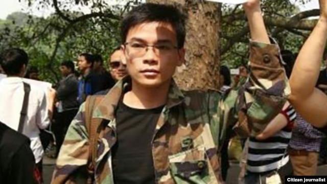 Nguyễn Viết Dũng mặc quân phục của Việt Nam Cộng Hòa trong một cuộc biểu tình ở Hà Nội hồi tháng Tư.