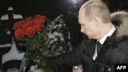 Премьер-министр РФ Владимир Путин возлагает цветы на могилу Егора Свиридова, убитого 6 декабря этого года. Москва. Россия. 21 декабря 2010 года