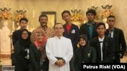 Romo Yuventius Fusi Nusantoro, Kepala Paroki Hati Kudus Yesus Katedral Surabaya bersama mahasiswa UIN Sunan Ampel Surabaya usai perayaan Natal 25 Desember 2016.
