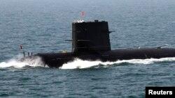 Angkatan Laut China berdiri di atas kapal selam saat latihan militer bersama China-Rusia di Laut Kuning (foto: dok).