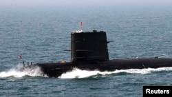 中俄在黄海举行联合海军军演期间,中国水手站在潜艇上敬礼致意。 (资料照片 2012年4月26日)