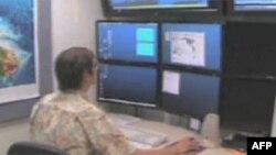 Geofizičar Centra za upozoravanje na cunami prati na monitorima seizmičke aktivnosti u pacifičkom području