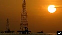 Pozos petroleros en el Lago Maracaibo, en el estado Zulia.