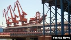 북한산 광물 수입을 하는 중국 랴오닝성 단둥항 내 화물 전용 부두의 지난해 3월 모습.