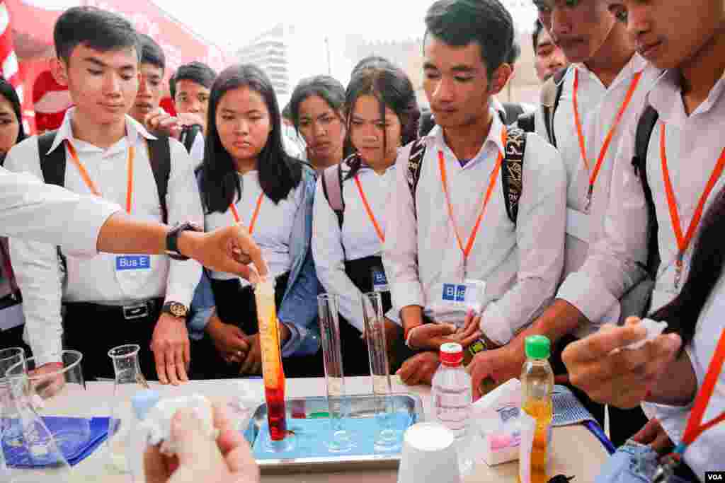 Science experiments took place at the 3rd Science and Engineering Festival in Phnom Penh on March 09, 2017. (Hean Socheata/VOA Khmer)