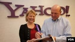 La directora ejecutiva de Yahoo, Carol Bartz, y el director ejecutivo de Microsoft, Steve Ballmer, firman el acuerdo.