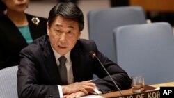 유엔 안보리가 새 대북제재 결의안을 통과시킨 2일 오준 유엔주재 한국대사가 안보리 회의에서 발언하고 있다.