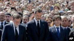 西班牙国王(中)和首相(左)出席了巴塞罗那加泰罗尼亚广场的纪念活动。(2017年8月18日)