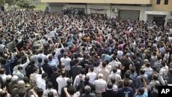 Des manifestants criant des slogans anti-gouvernementaux à Banias, après la prière du vendredi