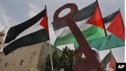 یکتن از فلسطینی ها کلید را که سمبول برگشت دوبارۀ مهاجرین به کشور شان است در دست دارد و دیگری بیرق فلسطین را به احتزاز درآورده است.
