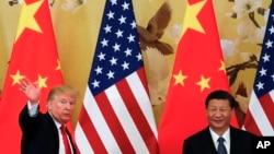 Presiden Amerika Serikat Donald Trump (kiri) bersama Presiden China Xi Jinping, menghadiri konferensi pers di Balai Besar Rakyat China, Beijing, Kamis, 9 November 2017. (AP Photo / Andy Wong).
