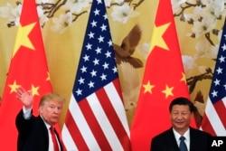 도널드 트럼프 미국 대통령과 시진핑 중국 국가주석이 9일 베이징 인민대회당에서 정상회담에 이어 기자회견을 가졌다. 트럼프 대통령이 기자회견을 끝낸 후 회견장을 떠나면서 참석자들에게 손을 흔들고 있다.