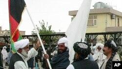 آرشیف: تعدادی از اعضای گروه طالبان که به پروسۀ صلح پیوسته با حکومت افغانستان یکجا شدند.