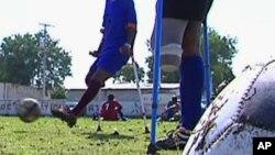 De jeunes handicapés jouant au football