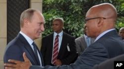 Rossiya prezidenti Vladimir Putin (chapda) va Janubiy Afrika rahbari Jeykob Zuma sammit chog'ida. 27-mart, 2013.