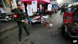 태국 방콕 중심가에서 23일 반정부 시위 도중 발생한 폭탄 공격 현장을 경찰이 지키고 있다.