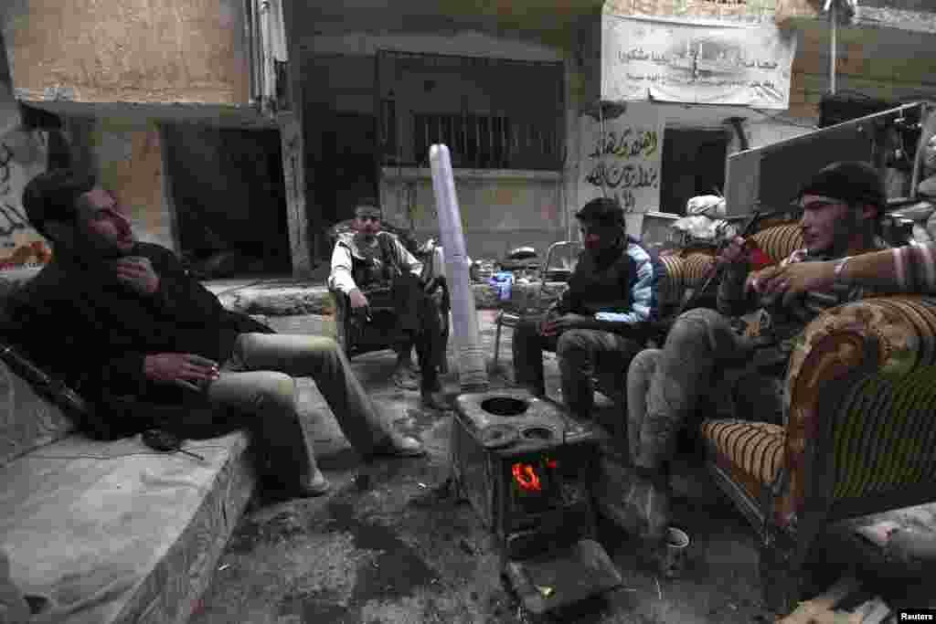 25일 시리아 반군 병사들이 데이르 알-조르 지역에서 대기하고 있다.