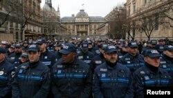 法国警察参加三位殉职警察的追悼会