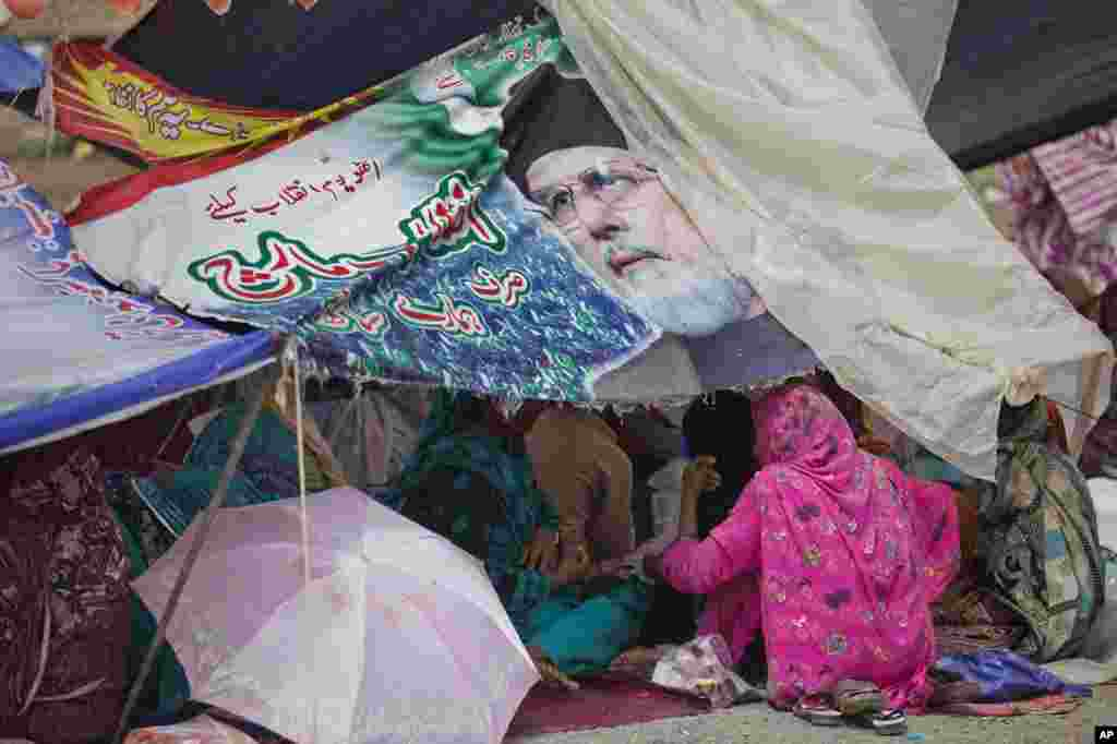 Supporters of Muslim cleric Tahir-ul-Qadri camp near the parliament building in Islamabad, Sept. 2, 2014.