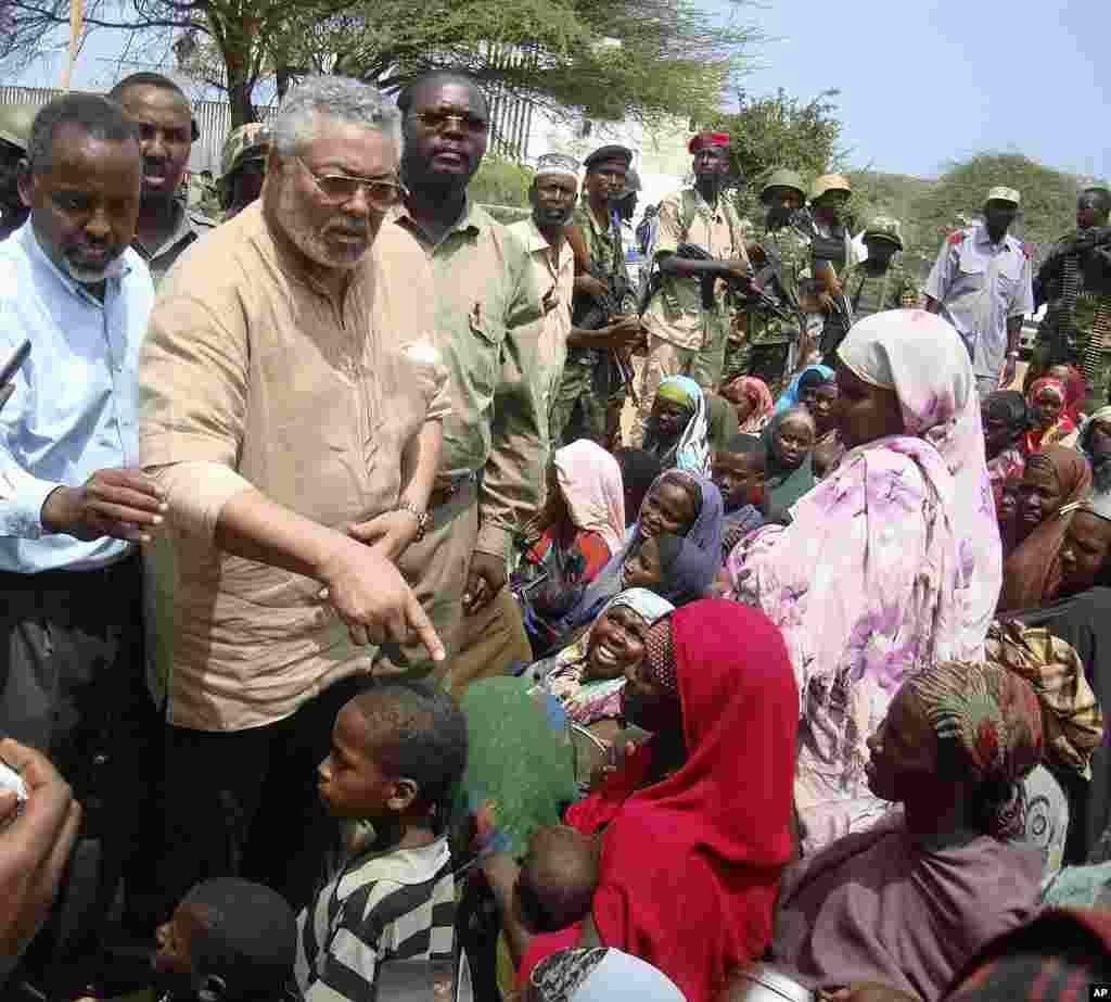 Jerry Rawlings, ergayga Midowga Africa ee Somalia oo la hadlaya barakacayaal ku sugan Muqdisho.