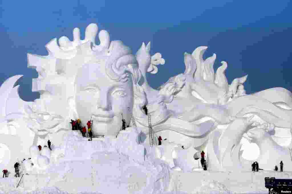 哈尔滨国际冰雪节的雪雕,人们正在加工(2016年12月13日)