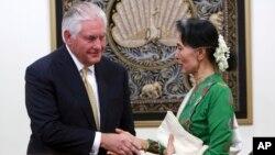 Menlu AS Rex Tillerson berjabat tangan dengan pemimpin Myanmar Aung San Suu Kyi usai konferensi pers bersama di Naypyitaw, Rabu (15/11).