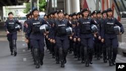 Cảnh sát chống bạo đến Tượng đài Chiến thắng ở Bangkok, Thái Lan, Thứ Sáu 30/5/2014.