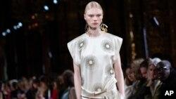 2020年3月2日巴黎秋冬女士时装周期间一模特展示斯特拉·麦卡特尼设计的时装。