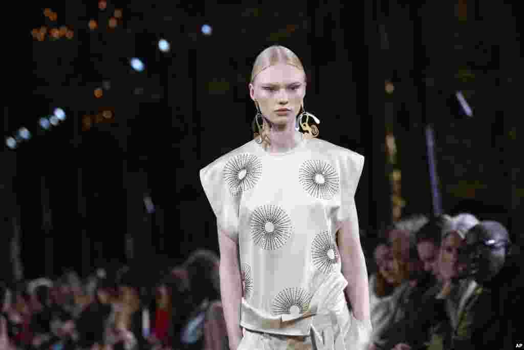 نمایش کلکسیون مد «استلا مککارتنی» طراح مد بریتانیایی و دختر پل مککارتنی خواننده مشهور در هفته مد پاریس