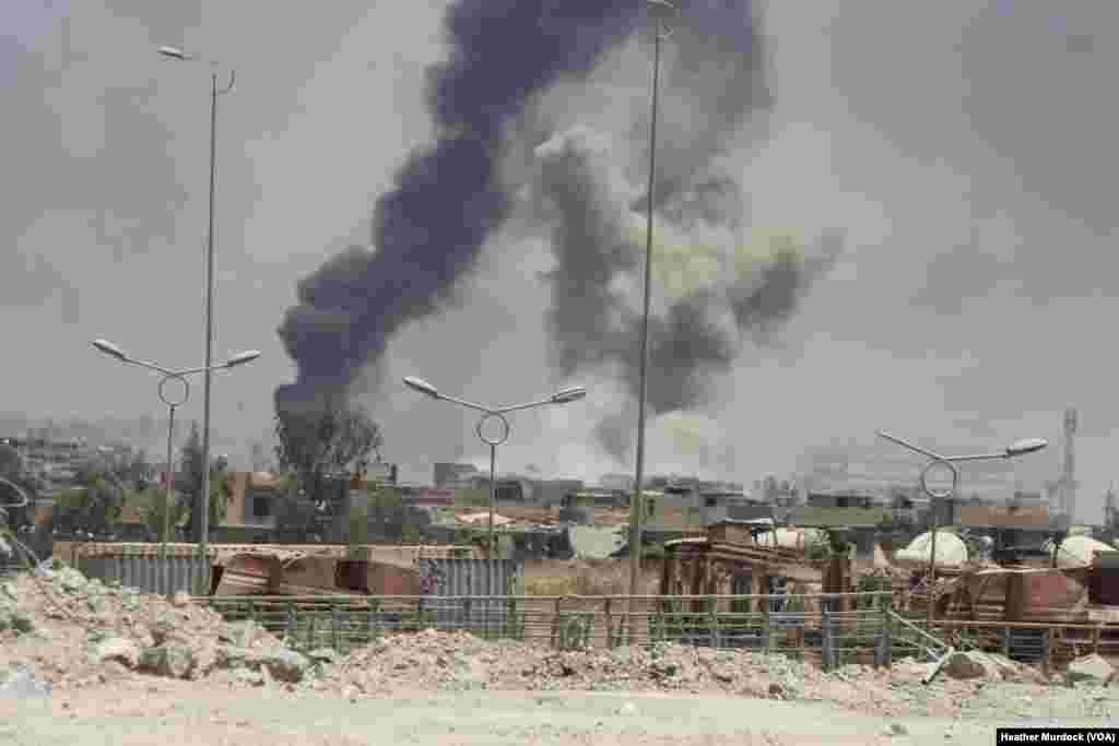 Bonm aeryen ak machin pyeje ak fòs irakyen yo se sa ki domine anviwonman katye kote militan teworis yo ye a nan Mosoul. 15 jen 2017.