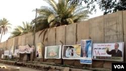 Poster-poster kampanye calon-calon anggota parlemen Irak dipasang pada tembok-tembok di Baghdad, 6 Maret 2010.