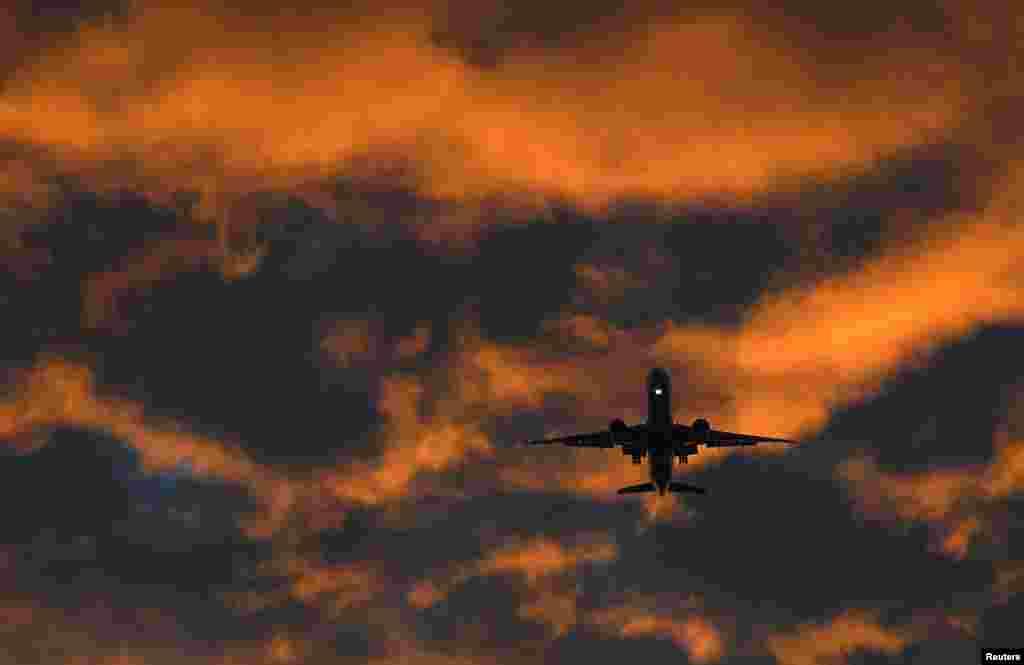 យន្តហោះដឹកអ្នកដំណើរមួយហោះឆ្ពោះទៅកាន់ព្រលានយន្តហោះ Heathrow នៅពេលថ្ងៃរះ ក្នុងក្រុងឡុងដ៍ ប្រទេសអង់គ្លេស។