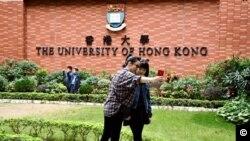 """香港大学校园成为很多中国访港旅客""""打卡""""的热点。"""
